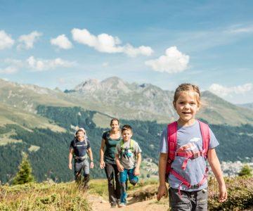 Familie wandert auf dem Rinerhorn Aussicht nach Davos